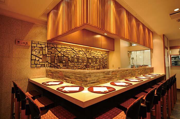 24年間使った登り窯の内壁が風情あふれるカウンター席のほか、ゆったりと寛げる個室も用意されている
