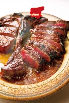 熟成庫で28日間ドライエイジングした牛肉のTボーンを900度のオーブンで皿ごと焼き上げた「プライムステーキ」は、世界の食通をも虜にする同店の看板メニュー