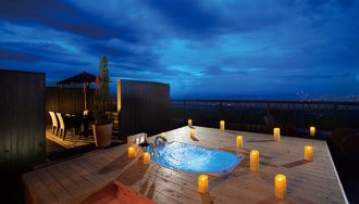インペリアルルームに備えられるジャグジー付き天空露天風呂。絶景のロケーションと、晴れた夜は満点の星空の下、ロマンティックなバスタイムをどうぞ