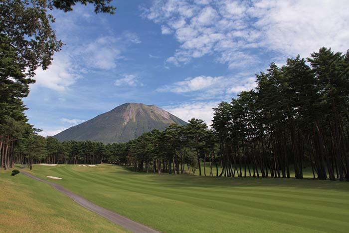 名峰大山を望む清々しいローケーション。名物ホール18番ホール。夏は新緑、秋は紅葉等、四季折々のコントラストが美しい