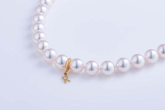 1本は持っていたいあこや真珠のネックレス。冠婚葬祭だけでなく、普段のおしゃれにも活躍してくれる。一言で真珠といっても粒の大きさや照り、色、キズやエクボの多さで値段も変わってくるのでご自身の目で必ず見比べていただきたい。写真のネックレスは、1万本にわずか3本しか作れないという希少な「特選真珠」。ほんのりピンクが乗り、周りが映り込む程に照りの素晴らしい最高級品だ。〈日本堂〉では購入特典として、K18のイニシャルクリッカーをプレゼントしてくれるという、他にはないサービスも嬉しい