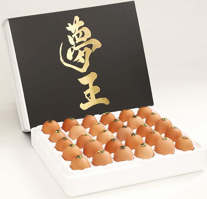 株式会社藤橋商店が今まで培ってきた技術と知識、経験をフルに発揮し、ようやく納得する配合にたどり着いて誕生した卵〈夢王〉。高級感あふれる箔押しのロゴは、大切な方への贈り物にすればきっと喜んでいただける逸品だ