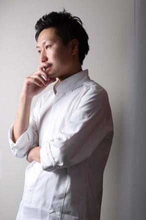 シェフ 江見常幸氏 神戸出身。神戸の有名店の他、25歳で渡仏し、現地で最高評価を受けるレストランで修業を重ね、2016年「ESPICE」のシェフに就任