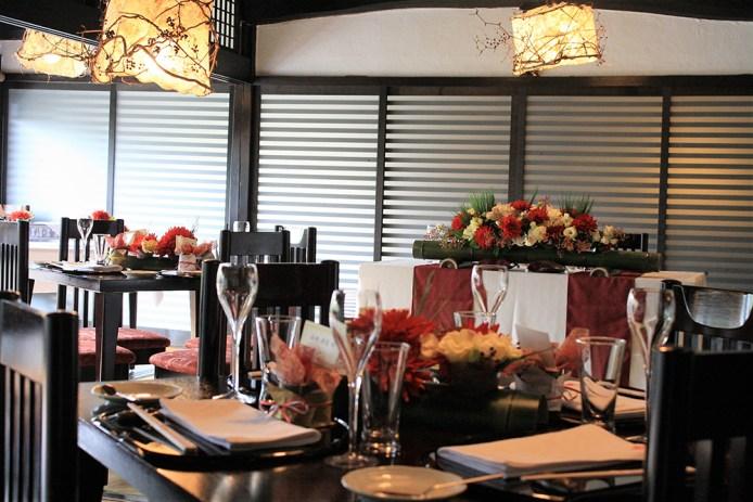 古民家を舞台に畳にイスとテーブルという典雅で優雅な空間は洋装にも和装にも映え、お二人の晴れの門出をより一層美しく盛り上げてくれる。会場の飾花やテーブルコーディネートも品格と華やぎを添える。ご家族だけのお祝いから48名様まで着席でのご利用が可能だ