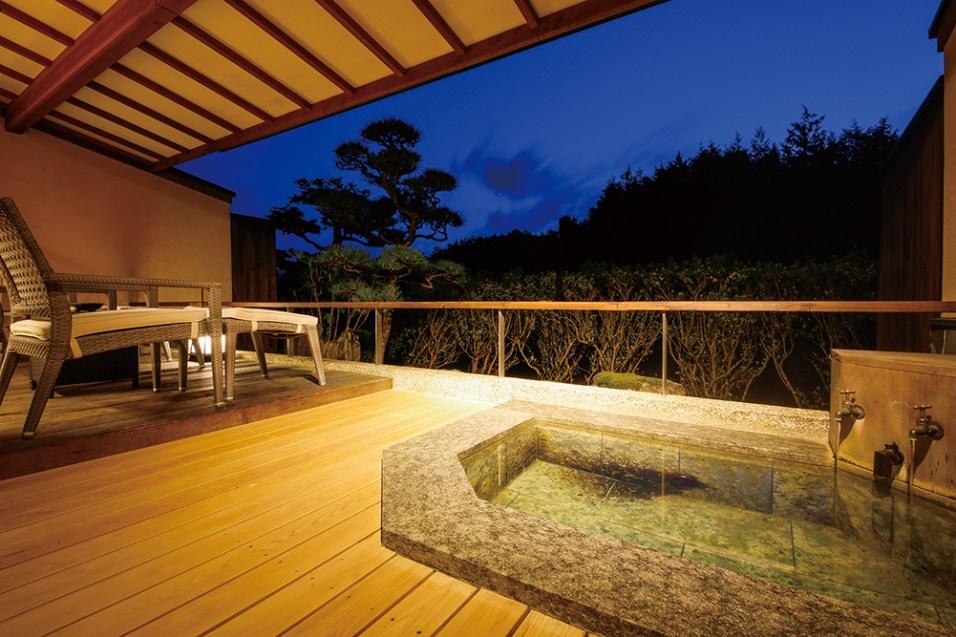 緑と山の空気に癒される心やすらぐ「スーペリアタイプ」の客室。テラス横に備えられる露天風呂は御影石。庭を眺めながらの湯浴みや、上質なプライベートタ イムを存分に愉しめる贅沢な空間