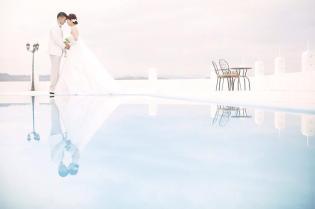 真っ白な壁に青いドームやベルタワー。紺碧の海と空が2人の門出を祝福するリゾートウエディングも人気が高い
