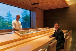 「鮨 小野」の店舗をデザインした岩本勝也氏との一枚
