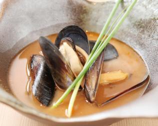 ヨーロッパ時代に習得したブイヤベースは開業から欠かすことなく煮詰めた絶品。この味を求め繁く通うゲストも多い至福の味だ