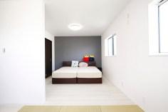 主寝室と子供部屋は、繋げて広く使用している。お子さまの成長に応じて仕切れるように設計。将来は独立性の高い間取りに変更することが出来る