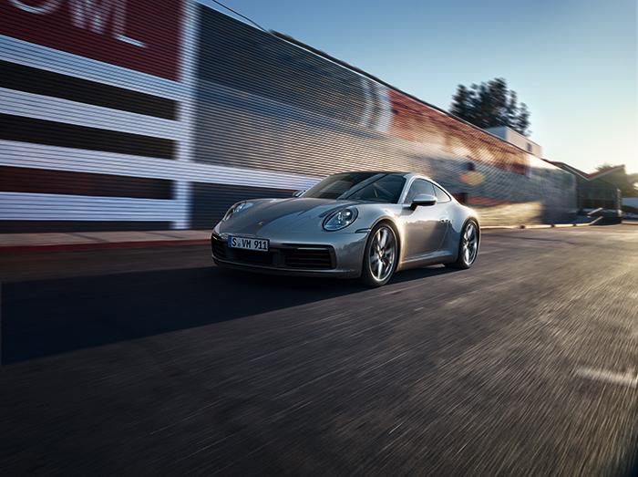 誕生以来、50年以上に渡り魅力を失うことなく輝きを放ち続ける911 第8世代となる新しい911は、伝統を受け継ぐと同時に未来のビジョンを示すモデル 911カレラSには3.0リッター6気筒ツインターボエンジンが搭載され、最高速度は306km/h エクステリア、インテリアも斬新でありながらポルシェらしさが貫かれている 歴史を彩ってきたこれまでのモデルの結集であり、時代を超えていくスポーツカーの姿が具現化されている  車両本体価格(消費税10%込)13,597,222円〜