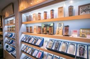 タンブラーという現代的なアイテムに、伝統ある西陣織がよく映える。タンブラーが並べられた店内は、その柄一つひとつを眺めて回るだけでも、時を忘れそうになる。まるで西陣織の小さな美術館さながらである