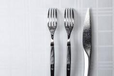 700年の歴史を持つ龍泉刃物を使用したナイフ。切れ味にまでこだわり抜き、最高の状態でお召し上がりいただく