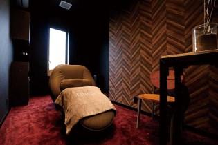 完全個室のスパルーム。体と髪の周波数を整えるアーティストのオリジナル音源を配し、リラクゼーションの領域を越える時間をご堪能いただける