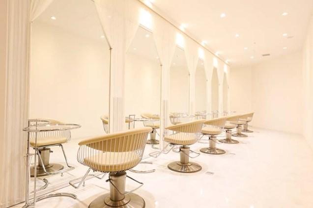 真っ白のカーテンに縁どられた鏡に映る姿に、ミュージカルの一幕のヒロインになったような特別な気分になれるセットブース。白でまとめられたエレガントな空間は席の間隔も広く、ゆったりとした優雅な気分で施術の時間をお過ごしいただける