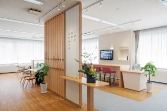 ゆったりくつろぎながら日本酒の試飲や化粧品を試すことができる、明る く広々としたショールーム