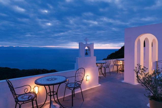 夕刻にはライトアップされた白い壁面がほのかに色づき、海と空が刻々と色を変える。ドリンクを片手に大切な方との語らいにも最高のロケーションだ