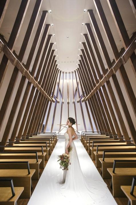 優しさと力強さを感じられる空間で執り行われる感動のセレモニー 10mのバージンロードは、ドレスの美しさを感じさせるにも十分