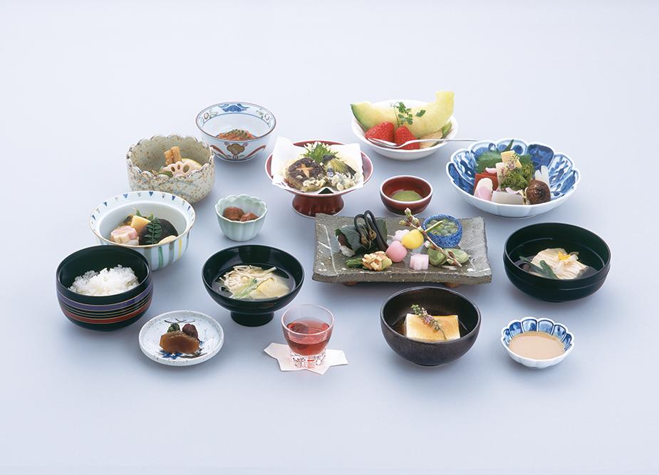 霊山高野山の広大な山並みに自生する、季節の山菜が主役をつとめる五法・五味・五色に法った繊細な味わいの美しい精進料理
