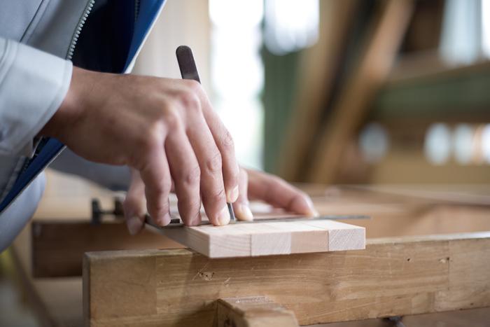 日本の建具には、日本独自の木造建築の技術が用いられている。写真は木材を加工する目印をつける「墨付け」という作業。機械による一律の作業では見落としてしまうような木のねじれや節といったものも、手作業で仕上げることでしっかりと見極めながら加工していく。職人の手の感覚でしか成しえない技術。これもバンクラの得意とするところだ
