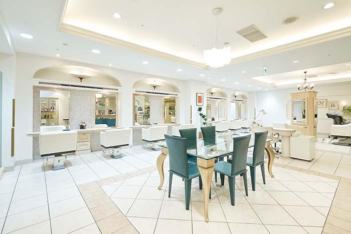 リーガロイヤルホテルの地下1階にある「モンレーブ」は、広々とした優雅な空間で寛ぎの時間をお過ごしいただける大人のための上質なサロン。骨格や髪質、ライフスタイルも考慮しながら似合うスタイルを提案し、大阪トップクラスの施術を提供してくれる