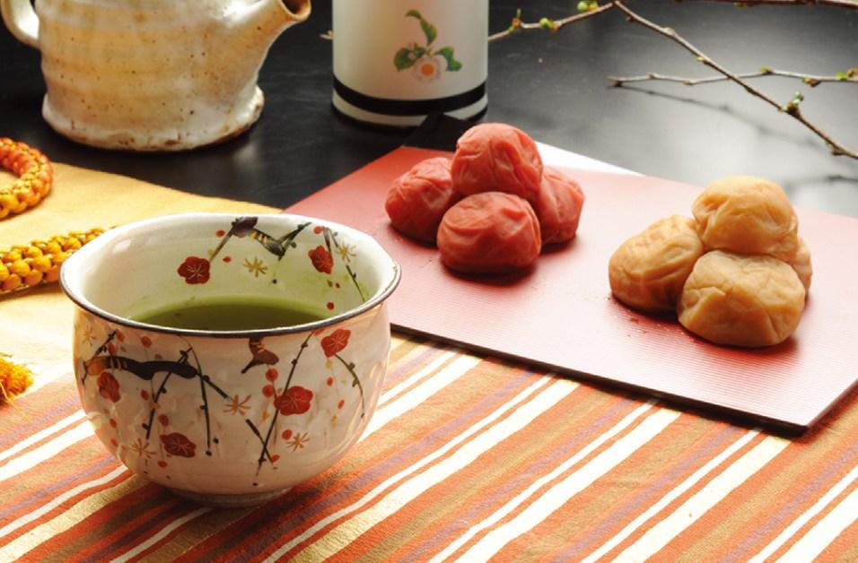最高級南高梅を使用した、程よい塩分で好評の「うす塩梅」と、昔ながらの「しそ漬梅」。自慢の二種類を、二段の木箱に詰め合わせた「梅妃