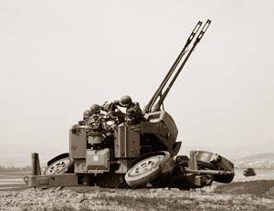 Um clássico: Oerlikon KDA 35 mm em bateria.
