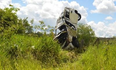 Carro ficou destruído após o acidente na SP-241 entre Paraguaçu Paulista e Lutécia