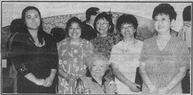 3. 左から照磨の娘光の娘Rhian Harrold 、五女笑Amy Mensch, 三女千里Rose Skinner, 四女光Diane Harrold, 長女まりえMarie Mason, 中央に永野田鶴子(照麿の妻。2006年に死去)。写真は日系ボイス2000年7/8月号英語面に掲載されたが、同記事の写真説明は極めて不明瞭なのでここに訂正する。