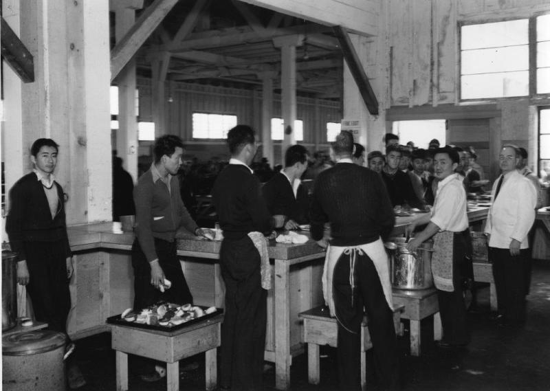 食堂で給食を受けるための列を作っている人達写真提供: 日系博物館・文化センター