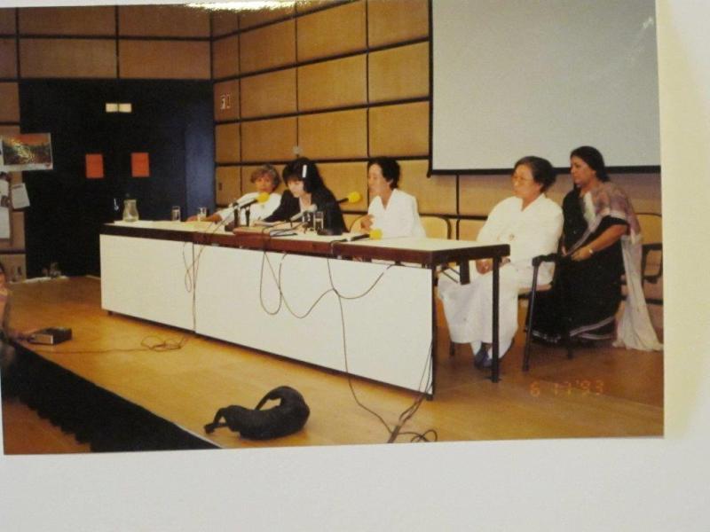1993年、ウイーンで行われた国連世界人権会議で証言する2名の韓国人元従軍慰 安婦。 (写真提供:鹿毛)