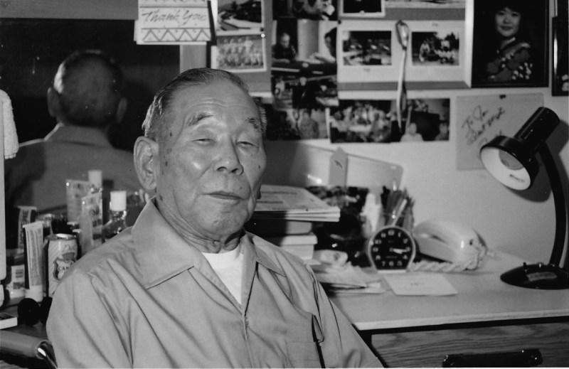 川尻岩一さん。1993年、 キャッスルビュー ・ウィチウッドタワーズの自室で思い出の写真に囲まれて (photo: Yusuke Tanaka)