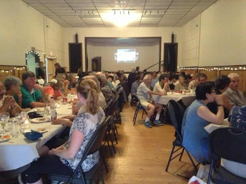 ニューデンバーでは、地域住民が、手作りの料理で、ツアー参加者を歓迎してくれた。