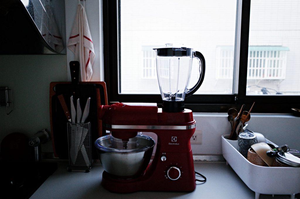 廚房裡最耀眼的全能五星主廚(上)|【伊萊克斯】EKM3407R攪拌機(絞肉器、切絲/切片器、果汁壺)
