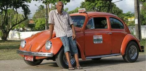 Seu Lucas jamais quis comprar um carro novo. Preferiu dedicar sua atenção ao fusquinha laranja que adquiriu há 32 anos / Foto: Guga Matos/JC Imagem