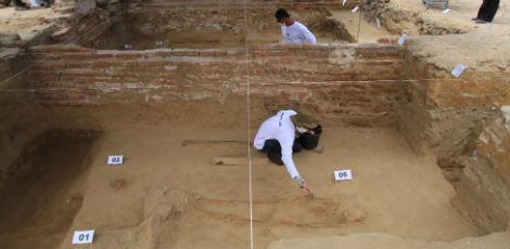Pesquisadores identificaram 13 esqueletos numa área de 176 metros quadrados, do dia 5 de janeiro último / Hélia Scheppa/JC Imagem