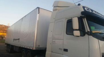 Quatro caminhoneiros foram feitos reféns por dois, dois cinco suspeitos que participaram do assalto, dentro de um dos veículos roubados / Foto: PRF/Divulgação