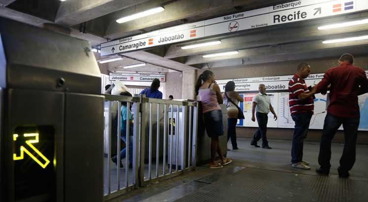 A mulher foi baleada dentro da estação. A polícia trabalha com duas linhas de investigação, tentativa de homicídio e bala perdida / Foto: Diego Nigro/Arquivo JC Imagem