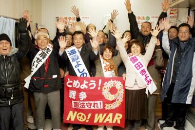当選を喜ぶ(左2人目から)佐藤、遠藤、小林、雪田の4氏=2016年1月25日未明、吉川市