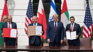 President Donald Trump and Prime Minister Binyamin Netanyahu (center), UAE Minister of Foreign Affairs and International Cooperation Sheikh Abdullah Bin Zayed (far right), and Bahrain Minister of Foreign Affairs Abdullatif Al Zayani (far left)