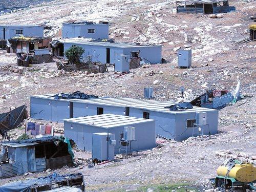 Panneaux bleus de l'UE apposés sur les maisons et les dépendances construites illégalement pour une colonie palestinienne illégale