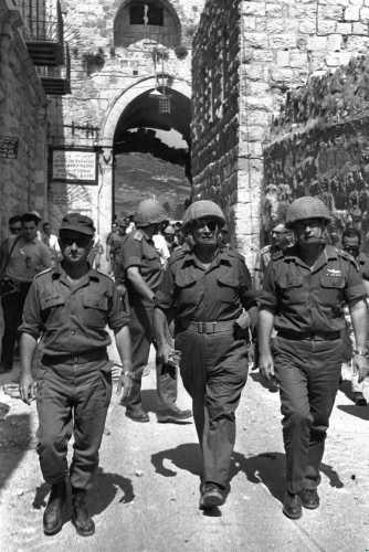 Uzi Narkiss (à gauche), Moshe Dayan et Yitzhak Rabin