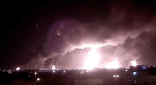 Frappe de drone par le groupe Houthi du Yémen aligné sur l'Iran sur les installations de traitement du pétrole de la société saoudienne Aramco à Abqaiq, en Arabie saoudite, le 14 septembre 2019.