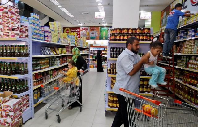 פלסטינים בקניות בעזה 16/08/2011