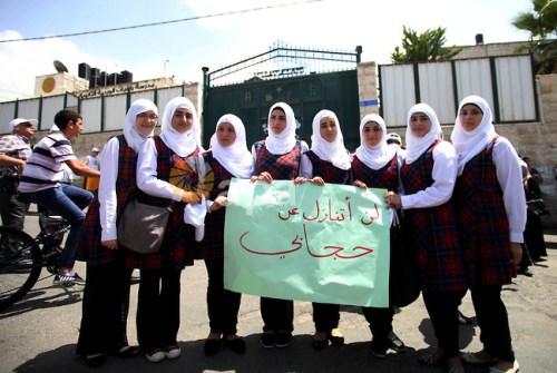 """תלמידות בי""""ס רוזארי מפגינות למען החיג'אב מחוץ לבית הספר (מתוך אתר חמאס)"""