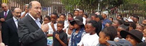 השגריר גולד נפגש עם בני נוער מחוץלביתו של נלסון מנדלה בדרום אפריקה