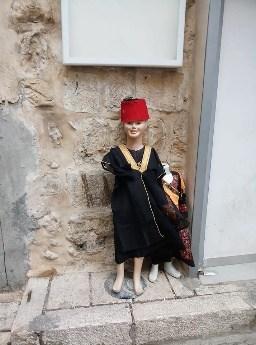 תצלום: בובת אופנה לבושה בסגנון טורקי ברחוב בעיר העתיקה.