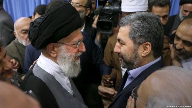 עלי ח'אמנהאי בפגישה עם מוחיאלדין קבירי, ראש התנועה האיסלמית של טג'יקיסטן, בשולי כנס בינלאומי לתנועות אסלאמיות, מרץ 2015 בטהראן
