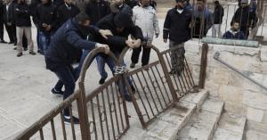 צעירים פלסטינים עקרו את השערים בפתח הכניסה לשער הרחמים בהר הבית בפעם ה-3 השבוע