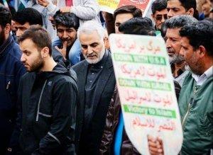 """קאסם סולימאני חוגג 40 שנים למהפכה - על השלט כתוב : """"מוות לישראל ומוות לארה""""ב"""""""