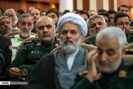 """תמונה : בעקבות הדיווחים הרבים על עריקת הגנרל עלי נצירי (היושב מאחורי איש הדת והמפקד חסיין טאיב) ולא רחוק מק'אסם סלימאני) עם """"חומר רגיש רב"""", פורסמה התמונה כדי """"להוכיח"""" שהוא נמצא באיראן."""